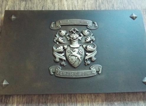Bronzetafel mit Familienwappen