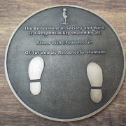 Tafel mit Fußabdrücken
