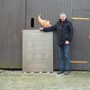 Gedenk- und Mahntafel zum Gedenken verstorbener Zwangsarbeiter im nationalsozialistischen Deutschen Reich. Material: Bronze Maße: 140x100cm Gewicht: ca.140kg