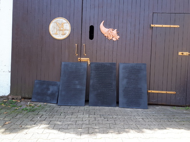 Gedenk und Mahntafeln aus Aluminiumguss. 590mmx990mm und 590x500mm. Oberfläche mit Anthrazit-Speziallack doppelt schutzlackiert.